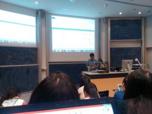 Un Salon de clases con 6 pizarrones y 2 pantallas